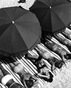 Tropez, France, 1959 by Elliott Erwitt (Magnum Photos) Magnum Photos, Black N White, Black White Photos, Black And White Photography, Photography Beach, Vintage Photography, Street Photography, Portrait Photography, Photography Books