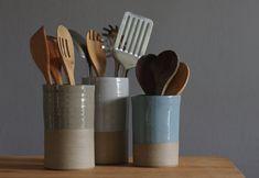 He encontrado este interesante anuncio de Etsy en https://www.etsy.com/es/listing/174838137/utensil-holder-stoneware-clay-in-your