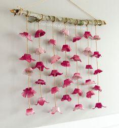 DIY boho flower wall hanging from egg cartons // Lógó virágos tavaszi fali dísz tojástartóból - tavaszi dekoráció // Mindy - craft tutorial collection // #crafts #DIY #craftTutorial #tutorial #KidsRoomDecor #DIYKidsRoomDecor