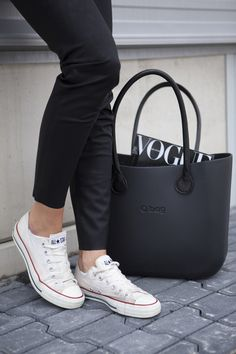Minimal + Classic: jeans, Converse, O bag- Classic Black Estilo Fashion, Look Fashion, Ideias Fashion, Womens Fashion, Vogue Fashion, Fashion Clothes, Street Fashion, Fashion News, Fashion Shoes