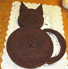 2 round cakes --cut around one to make the tail, ears, and head. 2 round cakes –cut around one to make the tail, ears, and head. The other one makes the body. Kitten Party, Cat Party, Kitten Cake, Cat Themed Parties, Birthday Parties, Cat Birthday Cakes, Kid Parties, Birthday Ideas, Birthday Cake For Kids