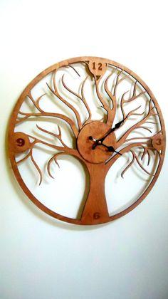 Красивые настенные деревянные часы в виде дерева.