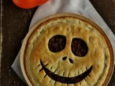 Quiche effrayante d'Halloween – That's Amore! Scary Halloween Quiche – That's Amore! Halloween Snacks, Soirée Halloween, Dessert Halloween, Halloween Buffet, Halloween Dinner, Halloween Party Decor, Holidays Halloween, Halloween Finger Foods, Halloween Pizza