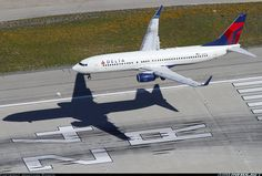 Delta Air Lines Boeing 737-832 N3767 over the numbers on 24R at Los Angeles-International, March 2015. (Photo: Jonathan Rankin)