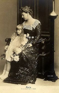Kronprinzessin Marie von Rumänien mit Tochter Elisabeth, future Queen of Romania with daughter ( her daughter is so beautiful! Romanian Royal Family, Kingdom Of Great Britain, English Royalty, Royal House, Royal Weddings, Prince And Princess, Queen Victoria, Mother And Child, Historical Clothing