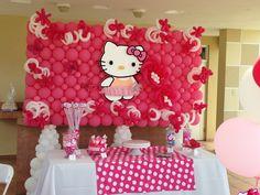 Fondo de mesa de postres decorado con globos de tamaño estándar y de tubito para fiesta Hello Kitty. #DecoracionFiestaINfantil