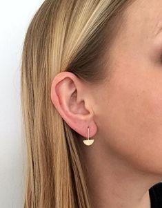9c205a45d85 Massief gouden oorringen. 9ct gouden drop oorbellen. Deze kleine drop  oorbellen zijn hand gevormd