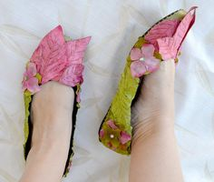 Fairy shoes = flats + silk flowers + hot glue. I have this shoe pattern somewhere. I want something similar