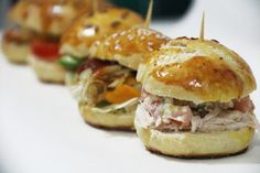 Muchas ideas para preparar ricos mini sandwich ideales para cumpleaños y aperitivos. Mini Sandwiches, Appetizer Sandwiches, Gourmet Sandwiches, Mini Appetizers, Sandwiches Gourmets, Snacks Sains, Mini Foods, Quick Recipes, Clean Eating Snacks