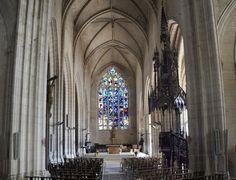 Notre-Dame à Niort, la nef, vue d'ensemble avec à droite, sa majestueuse chaire à prêcher de 1877. La nef aboutit à l'E sur le maître-autel et le vitrail de l'Arbre de Jessé.- 8) EGLISE N-D DE NIORT: ARCHITECTURE INTERIEURE: Longue de 55 m sous une hauteur de voûtes de 18 m, l'église est constituée d'une courte nef de 3 travées précédée d'un transept peu proéminent et d'une large travée qui ferme le côté ouest, occupé aujourd'hui par un orgue monumental.