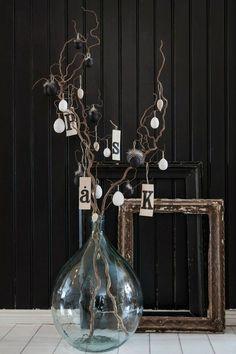 5 ideas for modern påskris (easter trees). Glass Bottles, Glass Vase, Spring Decoration, Deco Luminaire, Wall Lights, Ceiling Lights, Wire Art, Vases Decor, Glass Design
