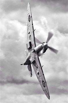 Supermarine Spitfire - Battle of Britain Memorial Flight (BBMF) Ww2 Aircraft, Fighter Aircraft, Military Aircraft, Aircraft Carrier, Air Fighter, Fighter Jets, Spitfire Supermarine, Photo Avion, The Spitfires