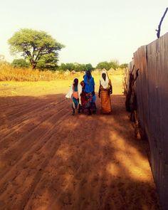 Promenade derrière les cases au village, Touba - Sénégal