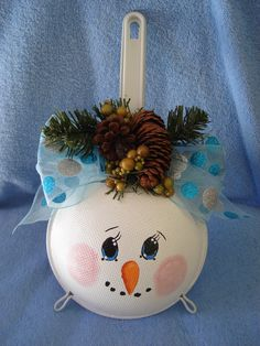 A snowman on a kitchen strainer. Christmas Fair Ideas, Snowman Christmas Decorations, Christmas Crafts To Make, Snowman Crafts, Homemade Christmas Gifts, Christmas Wood, Christmas Projects, Holiday Crafts, Xmas