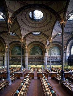 Salle Henri Labrouste .Bibliothèque Nationale. Fabriksgjort, inga hantverk. Slanka kolonner, annat uttryck än normalt, det behöver inte vara tjocka kolonner.