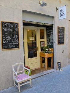 La Mojigata. Lope de Vega, 7  Este restaurante ha sido decorado por sus propios dueños. Un restaurante pequeño, íntimo y acogedor, situado en el Barrio de la Letras. Comida sana.    también, vía Singulares