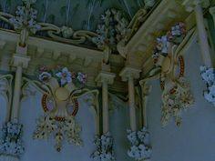 Casa modernista de Novelda. Alicante. Del arquitecto murciano don Pedro Cerdán Martínez .1903.  Se compone de planta baja y dos pisos, destaca una excelente obra de enrejados en ventanas y balcones, pero es en su interior donde se desarrollan con toda su opulencia los elementos propios del modernismo: madera tallada, cristales, estucos, pinturas de techos y murales, mármoles, muebles de época, etc Art Nouveau, Simply Beautiful, Wall Decor, Painting, Interiors, Design, Modernism, Los Hermanos, Murals