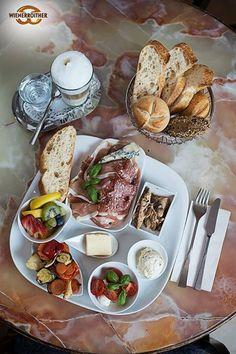 Die Toscana liegt so nah....  Frühstücksteller mit Prosciutto, Mortadella, Trüffelsalami, Gorgonzola, Scombri, Antipastie, Mozzarella & Tomaten, Ciabatta...... und das alles in Pörtschach - mmmmmhhh!