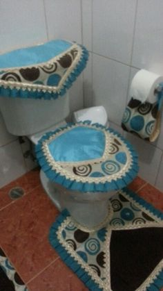 Bathroom Crafts, Bathroom Sets, Toilet, Projects To Try, Mini, Home Decor, Fabric Rug, Easy Crafts, Filing Cabinets