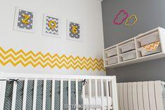 simples cadres blancs avec un fond imprimé et des lettres en bois peintes en jaune et collées sur le verre.