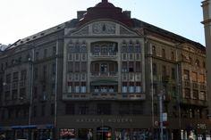 Palatul Weiss a fost construit in anul 1912 chiar la inceputul Bulevardului Republicii, pentru familia Weiss. Cu toate ca intrarea cladirii este pe strada Sf. Ioan, frontonul principal are vedere spre teatrul orasului, iar la parter functioneaza mai multe magazine. Palatul are 27 de apartamente, unele chiar si cu sase camere, in care locuiesc familii de timisoreni. Expertii imobiliari estimeaza palatul la 1,5 milioane de euro.