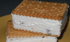 Zapráši sa po nich rovnako rýchlo, ako sa pripravia. Len 10 minút prípravy a 20 minút pečenia. Sú sypané syrom a rascou, preto sa veľmi hodia na akúkoľvek udalosť, na ktorej sa točí pivo Ingrediencie 400 g hladkej múky 1/4 balenie prášku do pečiva 180 g masla 300 ml bieleho jogurtu štipka soli 1 vajce na potretie strúhaný syr a