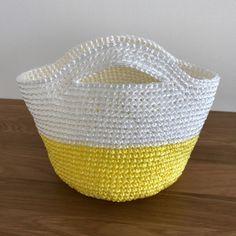 今年もやってまいりました、ビニール紐のバッグ。毎年ビニ紐を編んでましたが、今年はどうも乗り気じゃない。麻ひもバッグを編みながらビニ紐で何を作ろうか考えていたのですが、全く思い浮かばず。とりあえず編んでみようと編んだものがこちら。レモン🍋なバイカラーのビニ紐バッグです。編み方は下記のバッグと同じです。サイズが小さいだけです。ところがこれ以降、やっぱり編みたいものが出てこない。無理して編んでも楽しくないし、出来上がった作品もなんだか納得いかない。楽しみに待っててくださる皆さんにとても申し訳ないのですが、今年はほぼ麻ひもバッグメインで行きます。ということで、前々から母に頼まれていたブラックのビニ紐でバッグを編みました。こちらは去年編んだ角底のバッグとほぼ同じです。何が違うかというと底の形が違うだけです。丸底で編む場合...