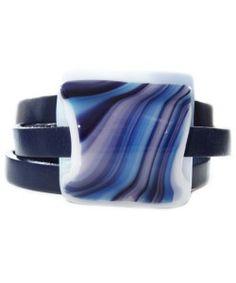 Handgemaakte wikkelarmband van blauw leer met blauwe gestreepte glazen cabochon!