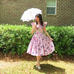 When it came to style this Mill Street Vintage dress, my theme instincts kicked in and I knew a parasol print dress simply must come with her own parasol. 80s Fashion Icons, Retro Fashion, Vintage Fashion, Vintage Dresses, Vintage Outfits, Korean Fashion Men, Vintage Inspired Outfits, Full Skirts, Black Girl Fashion