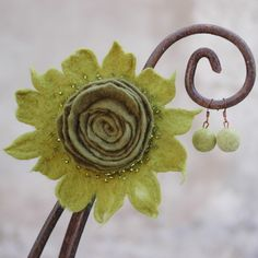 """""""Tančím+rosou""""+Souprava+originálních+plstěných+šperků,+která+Vás+potěší+na+duši+a+ozobí+uši+i+šaty...o+tanci+v+orosené+trávě+ani+nemluvě!+V+barvě+oliv+a+jarní+zelené.+Okolo+spirály+jsou+našity+skleněné+zelené+korálky.+Brož+měří+cca+10+cm.+Zapíná+se+na+4+cm+dlouhý+kovový+brožový+můstek+stříbrné+barvy.+Plstěná+zelená+kulička+má+velikost+1,5+cm...."""
