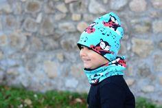 Oboustranná čepice rocker tyrkysová vel. 48cm Oboustranná čepice lehce prodlouženého střihu ušitá z luxusního zahraničního bioúpletu (černobílý rocker s červenou kytarou na tyrkysovém podkladě) a černého úpletu certifikovaného pro děti do tří let. Čepici lze nosit ohrnutou nebo bez ohrnutí. Díky pružnému materiálu se dobře přizpůsobí tvaru hlavy. Složení: ...