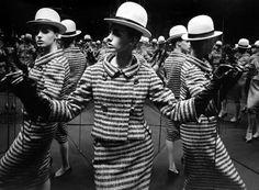 Antonia Mirrors, Paris, 1962.... par William Klein
