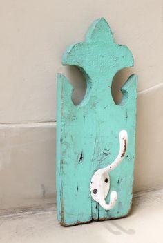 Perchero individual de pared color verde + percha de metal blanco    Medidas: 32 x 15 cm / 38 x 15 cm            Por precio y disponibilid...