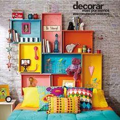 Que tal fazer a cabeceira da cama com gavetas? Olha que ideia linda e colorida que a Revista Decorar Mais por Menos publicou.