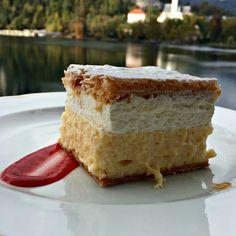 Slovenie Bled Cream cake C'est la spécialité de Bled cette ville posé au bord d'un lac magnifique. Elle a été inventé par un chef local Ištvan Lukačević en 1953 dans le restaurant du Park hôtel #Hôtel #Pâtisserie #LeMonde #Ville #Lac