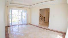 Lujosa y amplia casa en Isla alegre, dentro de Isla Dorada en la Zona Hotelera de Cancún. #CostaRealty Sala de estar.