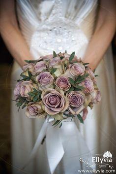 Свадебный букет из сиреневых роз.