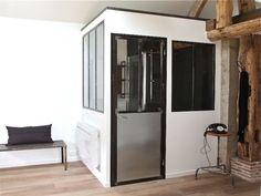 Comment baigner de lumière naturelle une salle de bains, tout en préservant l'intimité du lieu ? Tout simplement en créant une verrière intérieure posée sur un soubassement en plaques de ... #maisonAPart