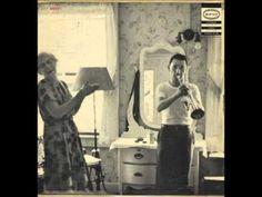 """Ruby Braff fue un trompetista y corneta de jazz que nació en Boston, USA, el 16 de marzo de 1927. Si bien fue uno de los grandes cornetas del swing, el inicio de su carrera musical fue dificil, ya que estuvo largos períodos sin encontrar trabajo, debido a que su estilo no era del todo comprendido y algunos lo consideraban """"fuera de moda""""; no obstante, allá, por la decáda de 1970, su suerte mejoró y tuvo la oportunidad de mostrar al intérprete y solista sumamente expresivo que había en él."""