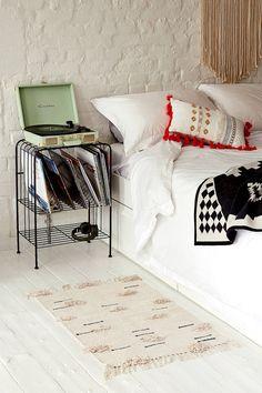 Teppich mit flauschigen Bommeldesigns, 2 x 3 Fuß | Urban Outfitters