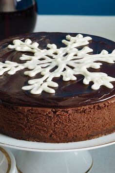 Let this elegant chocolate cheesecake be the centerpiece of your holiday tablescape featuring a gorgeous White Chocolate Snowflake in the center. Chocolate Cheesecake, Chocolate Truffles, Chocolate Chip Cookies, Dessert Dishes, Dessert Recipes, Drink Recipes, Christmas Chocolate, Christmas Desserts, Most Popular Recipes