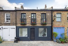 Tucked away in a quiet West London mews, this radical refurbishment of a mid-terrace property, was designed to be more conducive with family life. Terrace House Exterior, Facade House, West London, British Architecture, Architecture Design, Home Design, Design Ideas, Interior Design, Modern Brick House