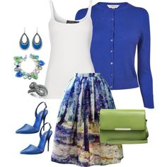Pops of bold blue and green purse is a great compliment. Mix and match jewelry
