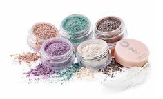 Kleurrijke make-up, zo licht als een veertje  Luchtige make-upproducten…