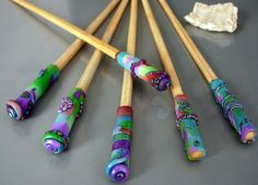 Gives me an idea for hair sticks Clay Art Projects, Polymer Clay Projects, Polymer Clay Jewelry, Plaster Crafts, Resin Crafts, Diy Crafts, Bazaar Ideas, Hair Jewelry, Jewlery