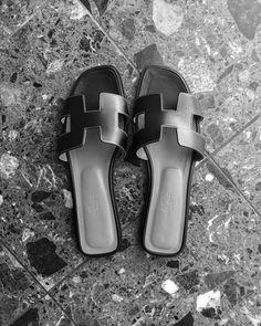 """Katri Ahlman 〰️ Tyylialkemisti on Instagram: """"🔨Eteisen (90-luvun """"spottilippainen"""") vaatekaappi on nyt purettu.🔨 Suunnitteilla tilalle minimalistinen edeltäjäänsä matalampi…"""" Hermes Oran, My Friend, Sandals, My Style, How To Wear, Accessories, Shoes, Instagram, Fashion"""