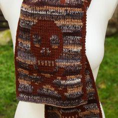Echarpe bicolore tricotée tete de mort