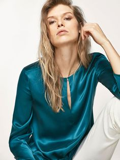 Discover blouses for women this at Massimo Dutti, must-haves this season. Satin Blouses, Shirt Blouses, Women's Shirts, Blouse Styles, Blouse Designs, Blouse Sexy, Business Outfit Frau, Look Formal, Business Mode