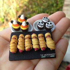 scale Disney inspired Halloween treats Mickey candy corn & Jack Skellington chocolate cupcakes and mummy hot dogs! This was created for. Halloween Cupcakes and Hot Dogs Halloween Clay, Halloween Miniatures, Halloween Cupcakes, Halloween Crafts, Dollhouse Miniatures, Halloween Ornaments, Dollhouse Ideas, Miniature Crafts, Miniature Food