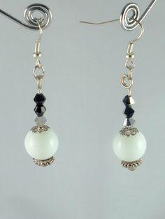 Boucles d'oreilles noires et blanches,  en albâtre (pierre blanche), toupies de cristal bicolore noir et argent et détails argentés